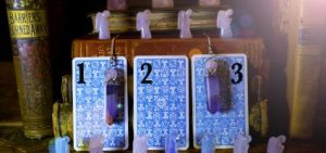 tarot kártyák 300x141 - Melyik tarot kártyát húznád? Ez a személyre szabott jóslatunk csak neked!