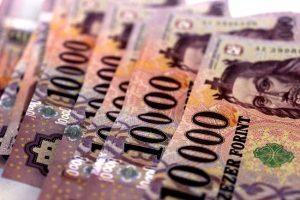 pénzt 300x200 - Mai nap üzenete: Szerencsés időszak kezdődik, és teljes bőségben élhetsz